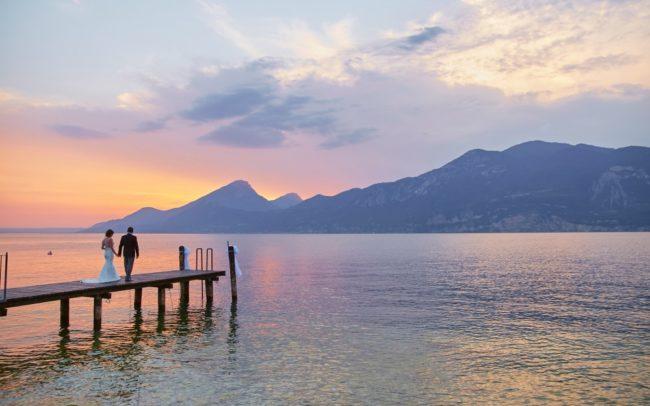 pontile-lago-di-garda-tramonto-coppia-matrimonio-nozze-evento